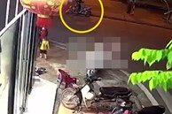 Em bé bất ngờ tụt khỏi xe máy khi đang ngồi cùng bố mẹ, chạy băng qua đường và khoảnh khắc kinh hoàng ngay sau đó