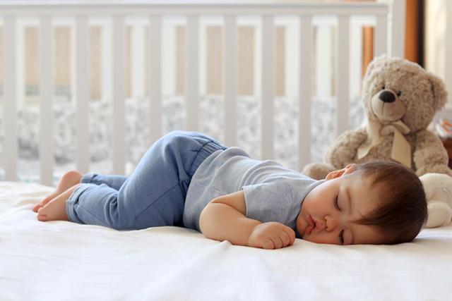 Tại sao trẻ sơ sinh thích nằm sấp khi ngủ? Có 4 lý do chính với những ưu và nhược điểm riêng cha mẹ nên biết-2