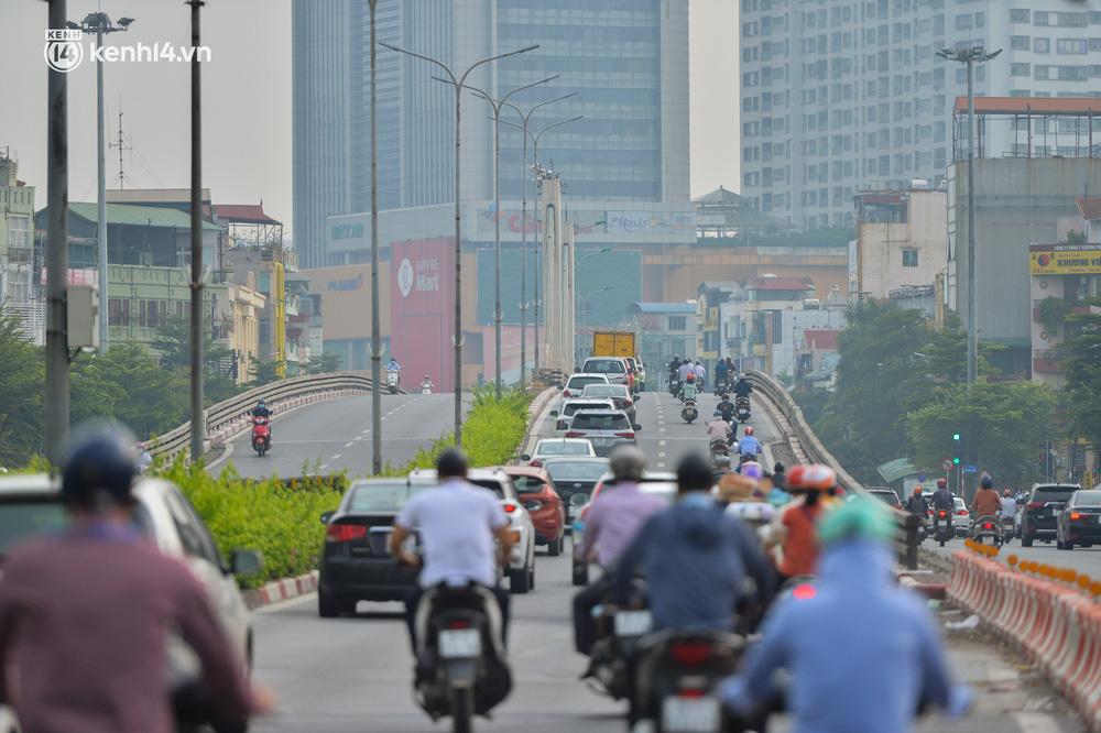 Ảnh: Ô tô xếp hàng nối đuôi nhau, đường phố Hà Nội có nơi ùn tắc ngày cuối cùng của đợt giãn cách xã hội thứ 4-1