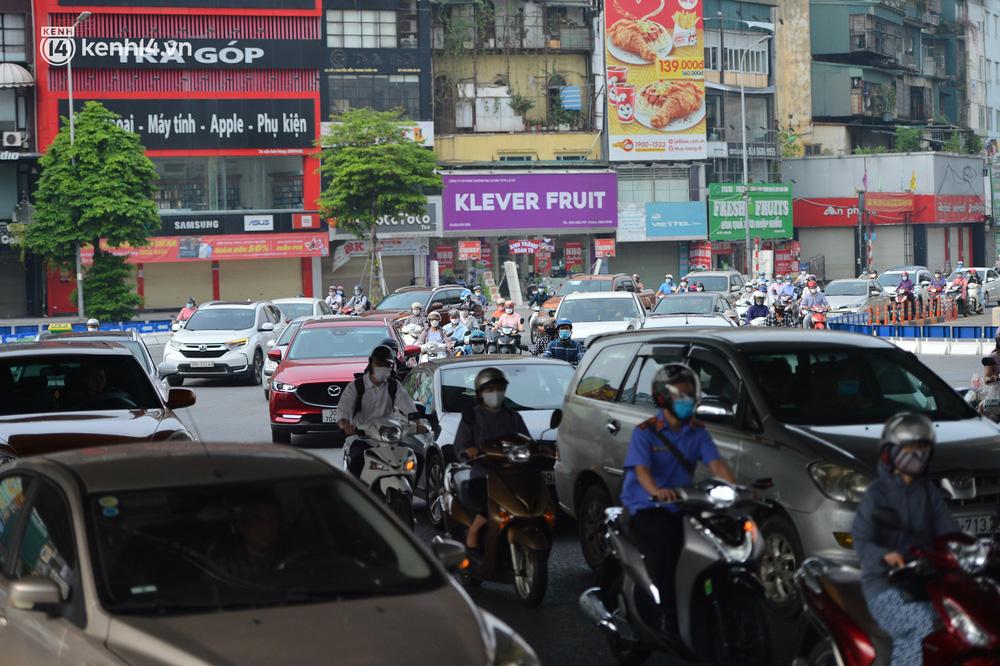 Ảnh: Ô tô xếp hàng nối đuôi nhau, đường phố Hà Nội có nơi ùn tắc ngày cuối cùng của đợt giãn cách xã hội thứ 4-10