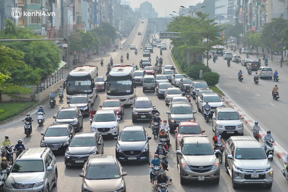 Ảnh: Ô tô xếp hàng nối đuôi nhau, đường phố Hà Nội có nơi ùn tắc ngày cuối cùng của đợt giãn cách xã hội thứ 4-2