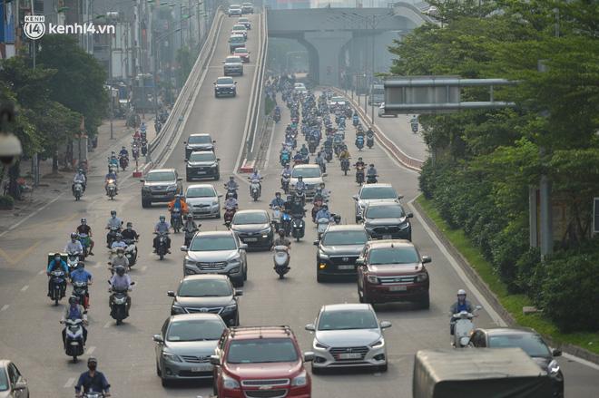 Ảnh: Ô tô xếp hàng nối đuôi nhau, đường phố Hà Nội có nơi ùn tắc ngày cuối cùng của đợt giãn cách xã hội thứ 4-3