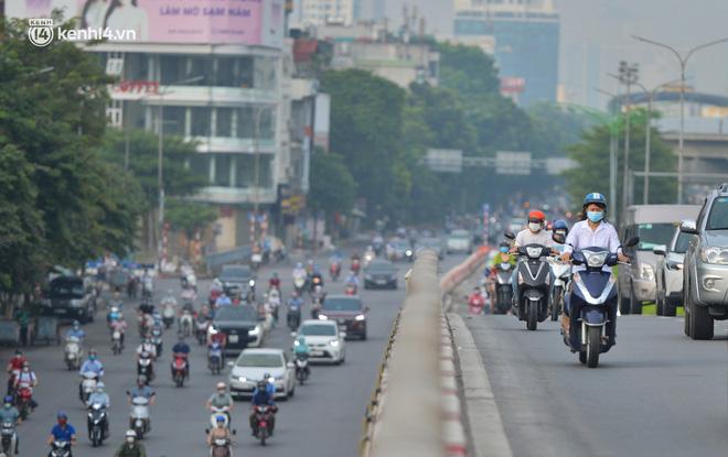 Ảnh: Ô tô xếp hàng nối đuôi nhau, đường phố Hà Nội có nơi ùn tắc ngày cuối cùng của đợt giãn cách xã hội thứ 4-4
