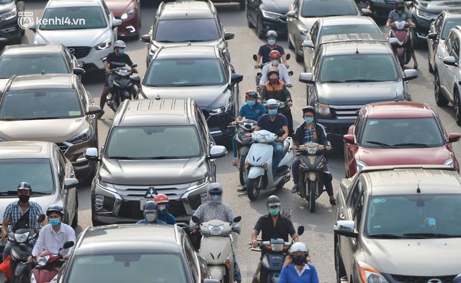 Ảnh: Ô tô xếp hàng nối đuôi nhau, đường phố Hà Nội có nơi ùn tắc ngày cuối cùng của đợt giãn cách xã hội thứ 4-5