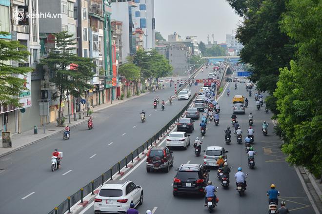 Ảnh: Ô tô xếp hàng nối đuôi nhau, đường phố Hà Nội có nơi ùn tắc ngày cuối cùng của đợt giãn cách xã hội thứ 4-6