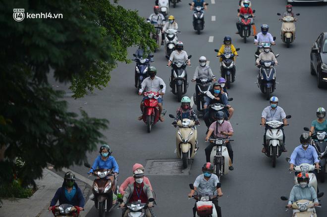 Ảnh: Ô tô xếp hàng nối đuôi nhau, đường phố Hà Nội có nơi ùn tắc ngày cuối cùng của đợt giãn cách xã hội thứ 4-7