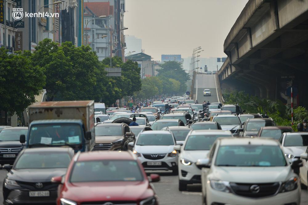 Ảnh: Ô tô xếp hàng nối đuôi nhau, đường phố Hà Nội có nơi ùn tắc ngày cuối cùng của đợt giãn cách xã hội thứ 4-8
