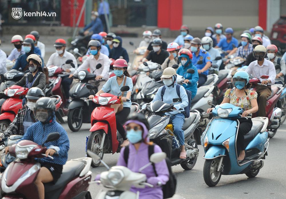 Ảnh: Ô tô xếp hàng nối đuôi nhau, đường phố Hà Nội có nơi ùn tắc ngày cuối cùng của đợt giãn cách xã hội thứ 4-9