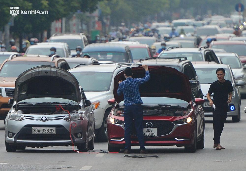 Ảnh: Ô tô xếp hàng nối đuôi nhau, đường phố Hà Nội có nơi ùn tắc ngày cuối cùng của đợt giãn cách xã hội thứ 4-12