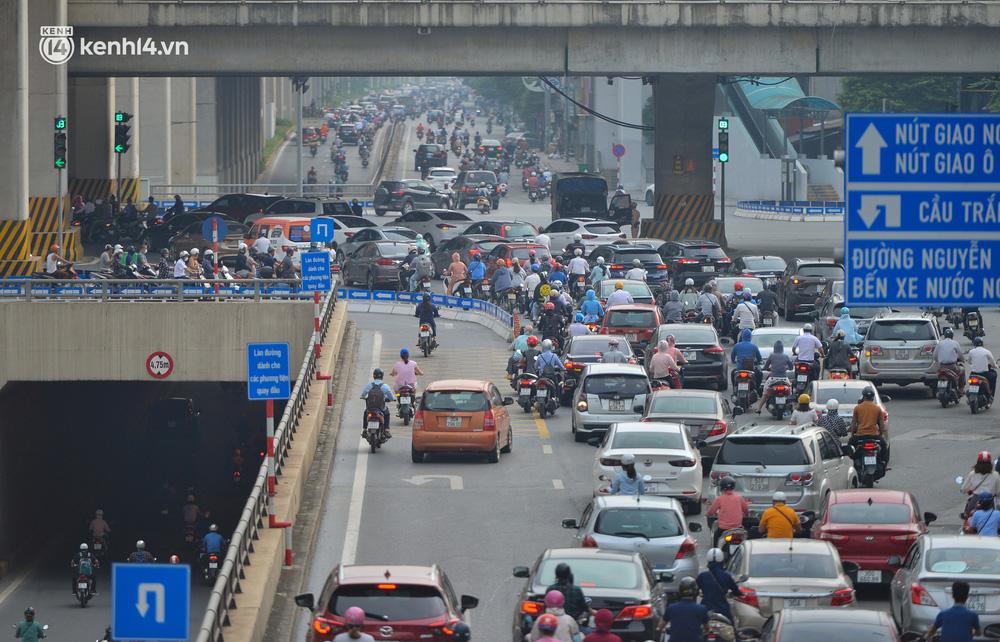 Ảnh: Ô tô xếp hàng nối đuôi nhau, đường phố Hà Nội có nơi ùn tắc ngày cuối cùng của đợt giãn cách xã hội thứ 4-13