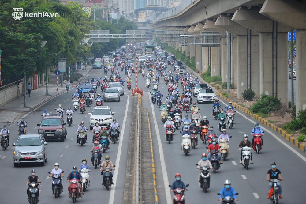 Ảnh: Ô tô xếp hàng nối đuôi nhau, đường phố Hà Nội có nơi ùn tắc ngày cuối cùng của đợt giãn cách xã hội thứ 4-14