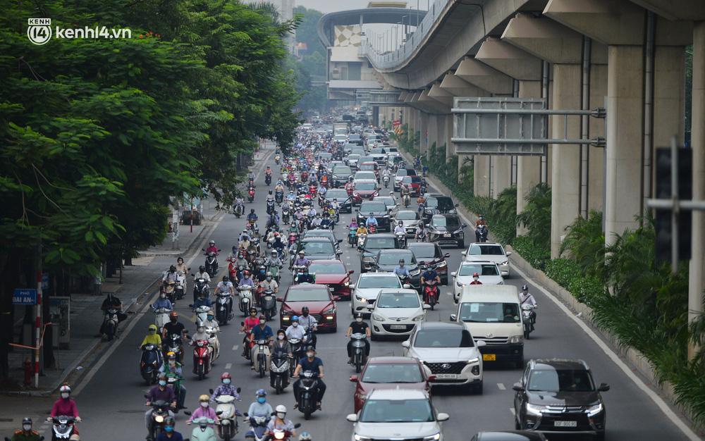 Ảnh: Ô tô xếp hàng nối đuôi nhau, đường phố Hà Nội có nơi ùn tắc ngày cuối cùng của đợt giãn cách xã hội thứ 4-15