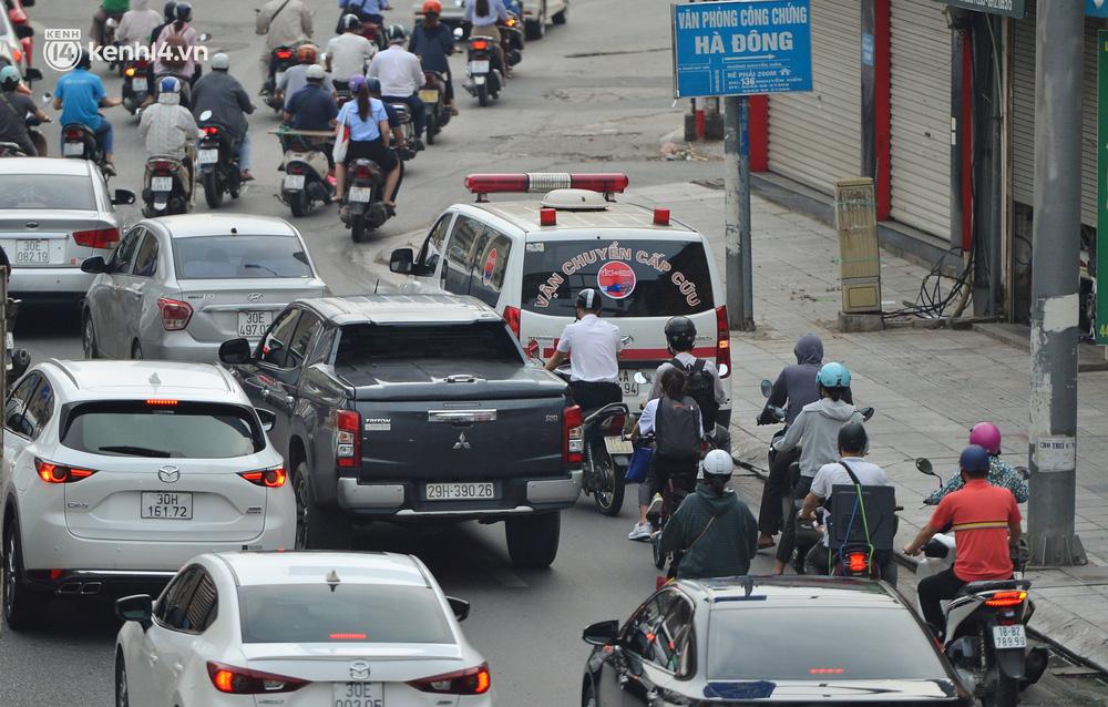 Ảnh: Ô tô xếp hàng nối đuôi nhau, đường phố Hà Nội có nơi ùn tắc ngày cuối cùng của đợt giãn cách xã hội thứ 4-16