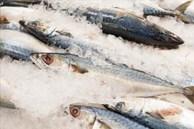 Dù rã đông loại cá nào đi chăng nữa, hãy nhớ đừng ngâm trong nước. Đầu bếp dạy bạn một mẹo đơn giản và nhanh chóng, cá tươi ngon hơn cá sống