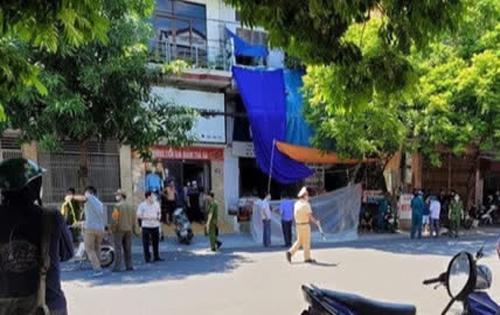 Camera an ninh ghi lại cảnh một đối tượng cầm dao, đi bộ rời khỏi hiện trường người phụ nữ gục chết trước cửa nhà-1