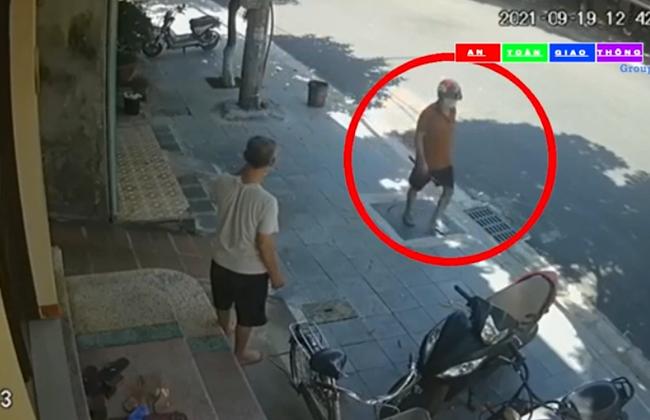 Camera an ninh ghi lại cảnh một đối tượng cầm dao, đi bộ rời khỏi hiện trường người phụ nữ gục chết trước cửa nhà-3