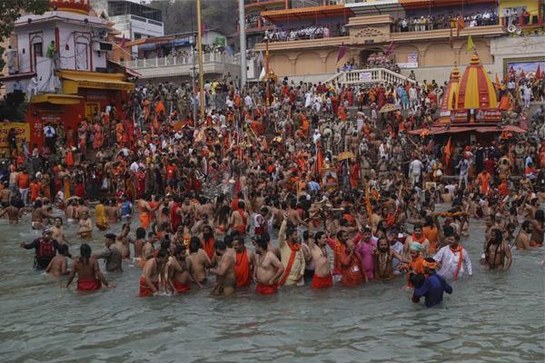 Hàng nghìn người Ấn Độ lại tham dự lễ hội bất chấp dịch bệnh-1