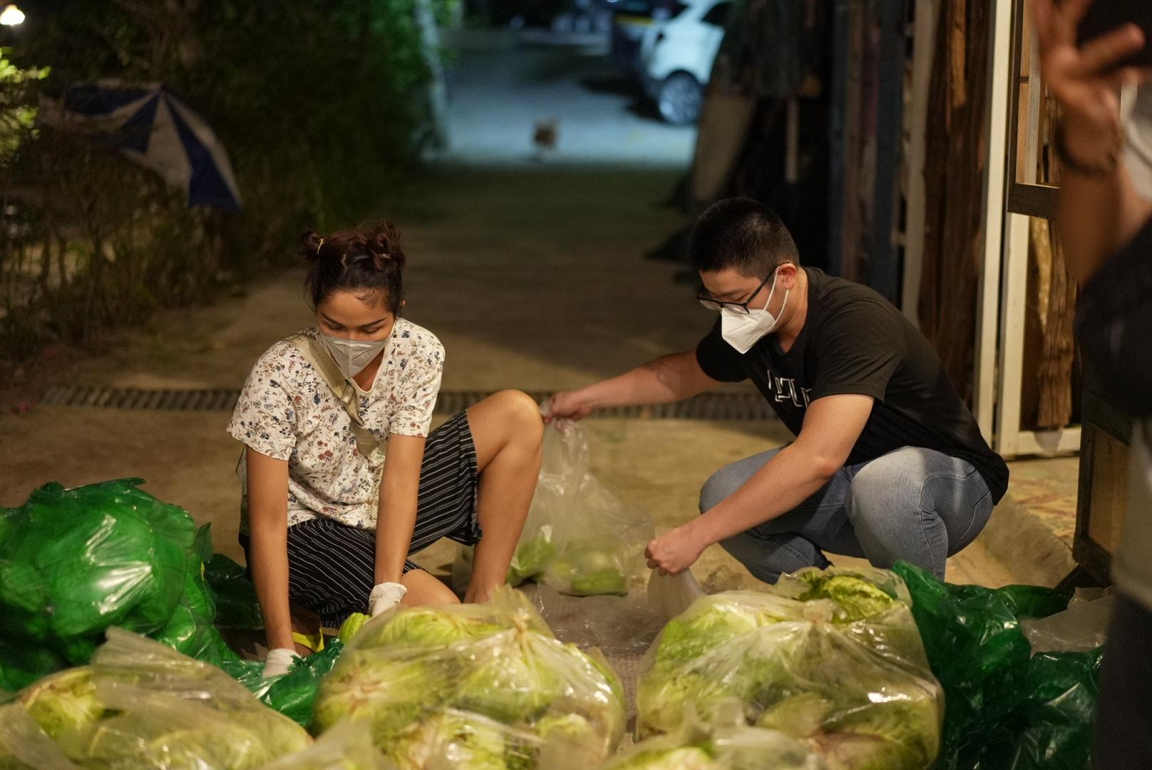 Hoa hậu H'Hen Niê lăn xả làm việc, bê bao gạo nặng 50kg, được gọi hoa hậu bốc vác-1