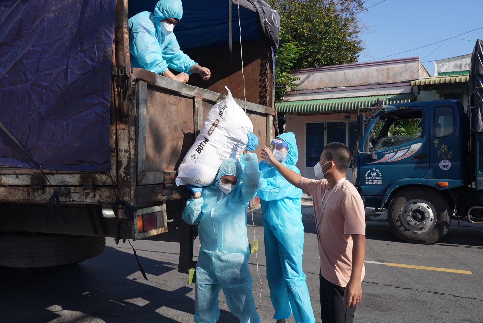 Hoa hậu H'Hen Niê lăn xả làm việc, bê bao gạo nặng 50kg, được gọi hoa hậu bốc vác-3