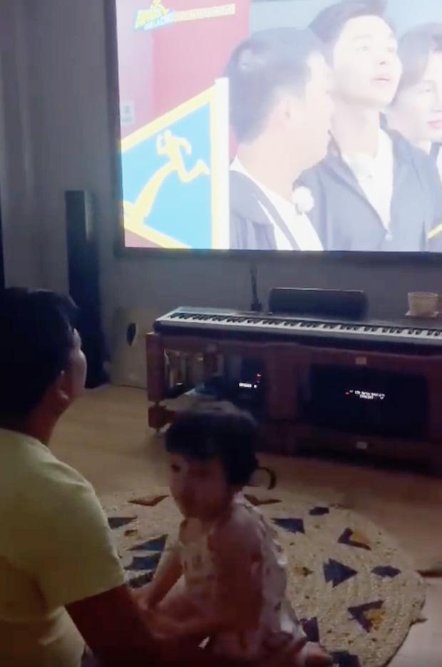 Nhã Phương và ái nữ phản ứng đặc biệt khi xem Running Man, Trường Giang chơi lớn hé lộ luôn toàn bộ gương mặt bé-1