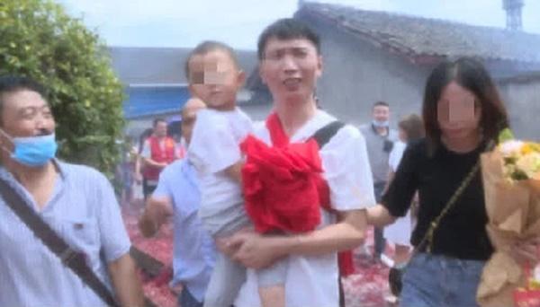 Bị bắt cóc năm 6 tuổi, bé trai bí mật giấu mảnh giấy nhỏ dưới gối, hành trình tìm bố mẹ suốt 32 năm khiến bao người bật khóc-3