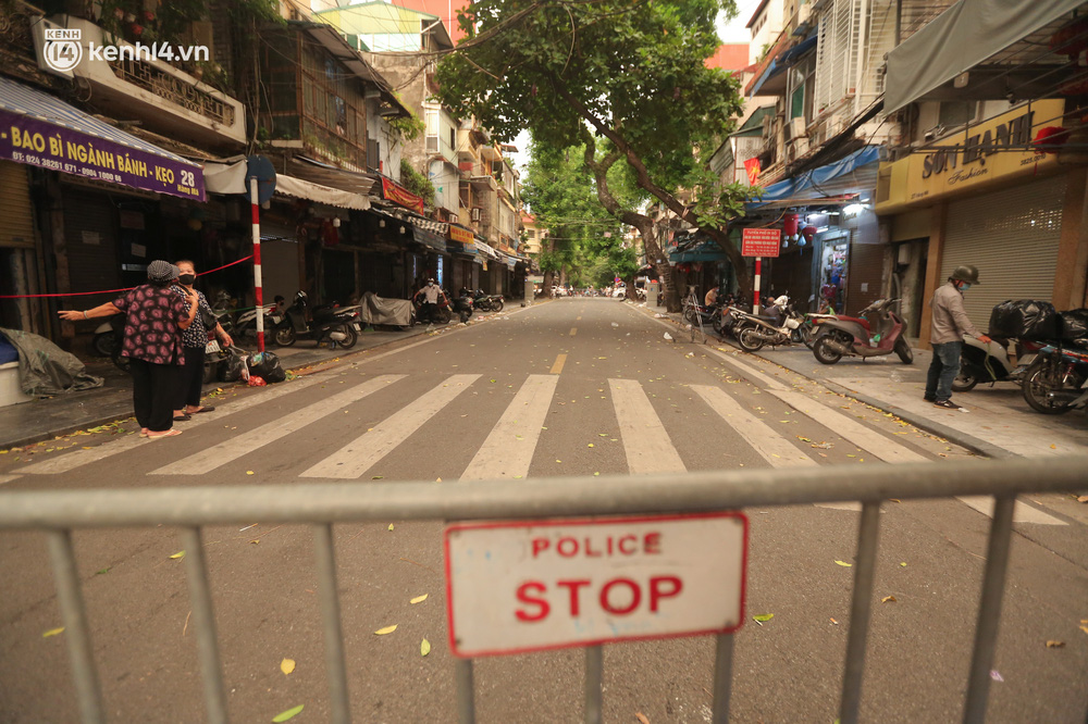 Ảnh: Lực lượng chức năng lập 2 chốt, phố Hàng Mã vắng như chùa bà Đanh trước đêm Trung thu-1