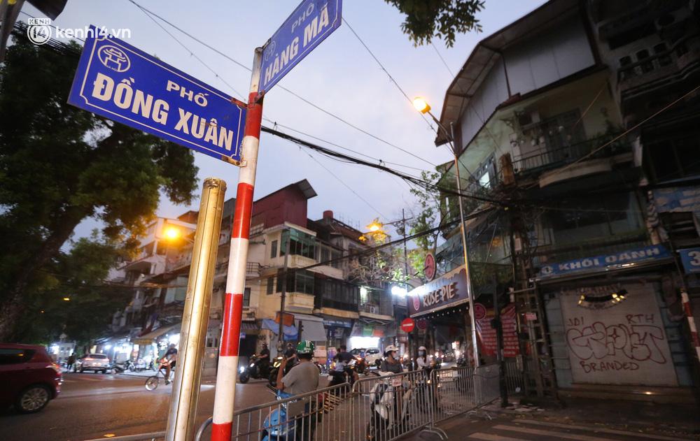 Ảnh: Lực lượng chức năng lập 2 chốt, phố Hàng Mã vắng như chùa bà Đanh trước đêm Trung thu-2