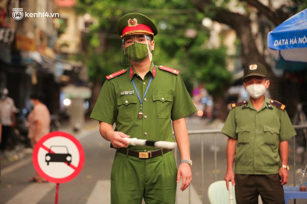 Ảnh: Lực lượng chức năng lập 2 chốt, phố Hàng Mã vắng như chùa bà Đanh trước đêm Trung thu-3
