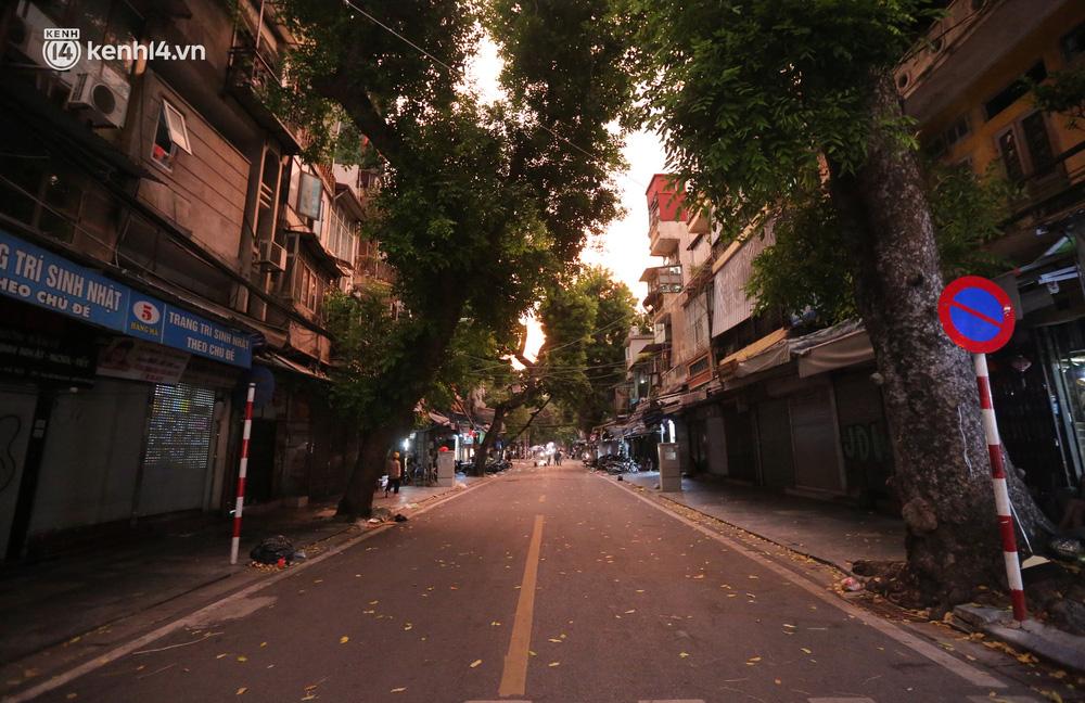 Ảnh: Lực lượng chức năng lập 2 chốt, phố Hàng Mã vắng như chùa bà Đanh trước đêm Trung thu-4