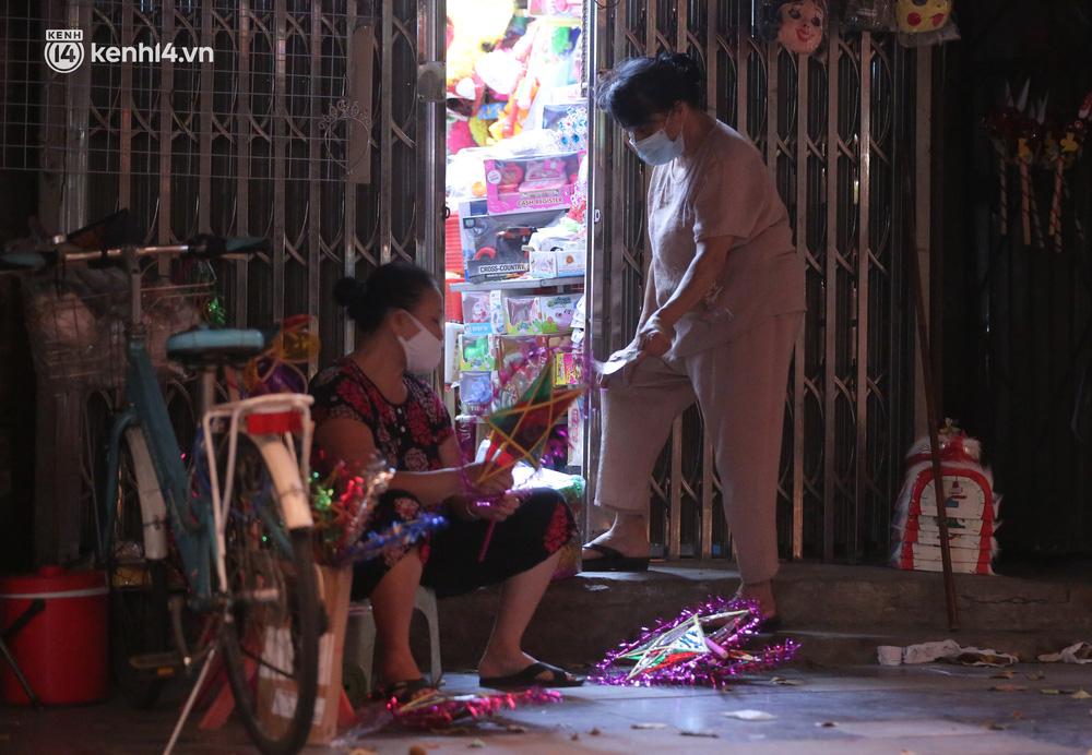 Ảnh: Lực lượng chức năng lập 2 chốt, phố Hàng Mã vắng như chùa bà Đanh trước đêm Trung thu-5