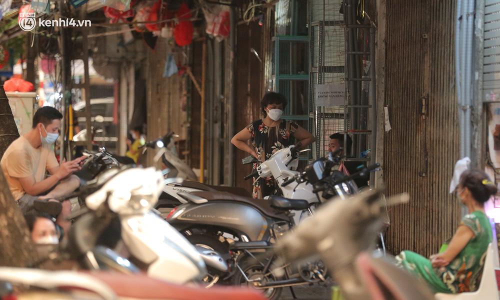Ảnh: Lực lượng chức năng lập 2 chốt, phố Hàng Mã vắng như chùa bà Đanh trước đêm Trung thu-6