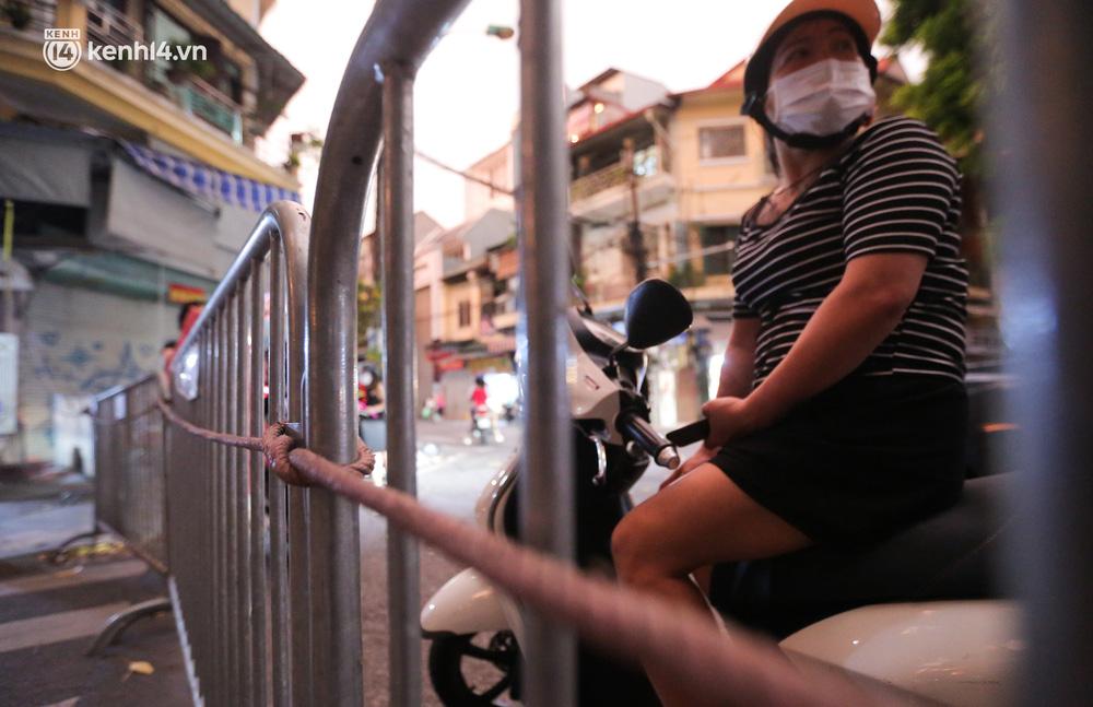 Ảnh: Lực lượng chức năng lập 2 chốt, phố Hàng Mã vắng như chùa bà Đanh trước đêm Trung thu-8