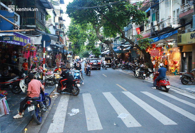 Ảnh: Lực lượng chức năng lập 2 chốt, phố Hàng Mã vắng như chùa bà Đanh trước đêm Trung thu-11