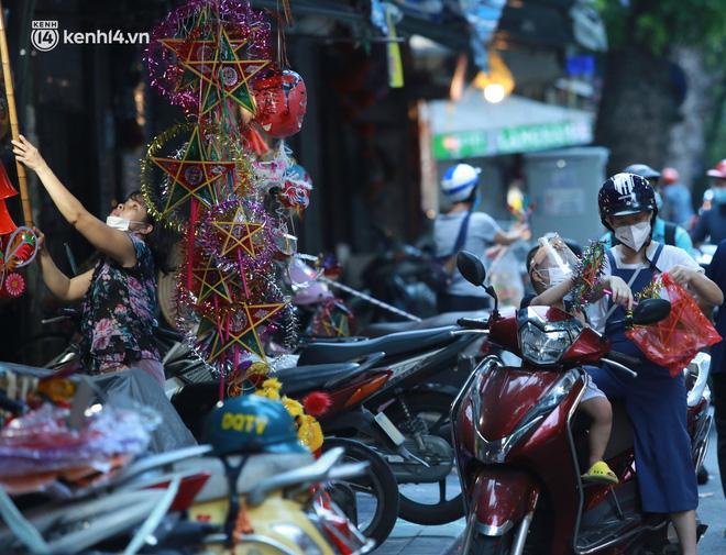 Ảnh: Lực lượng chức năng lập 2 chốt, phố Hàng Mã vắng như chùa bà Đanh trước đêm Trung thu-13
