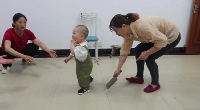 Em bé chập chững tập đi, ông nội đi theo cầm dao chặt phía sau, hành động gây tò mò bắt nguồn từ phong tục trong đám tang-2