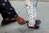 Em bé chập chững tập đi, ông nội đi theo cầm dao chặt phía sau, hành động gây tò mò bắt nguồn từ phong tục trong đám tang