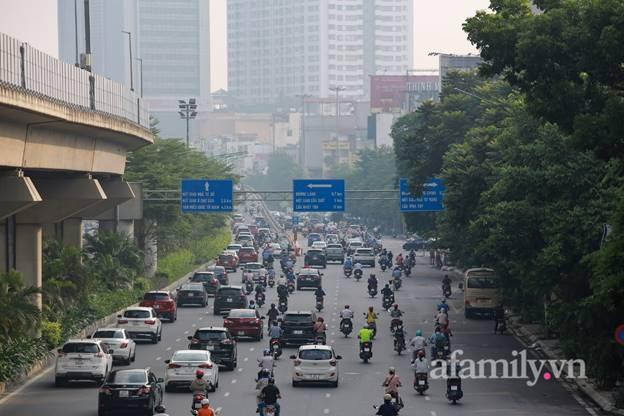 Hà Nội nhộn nhịp trong buổi sáng đầu tiên nới lỏng giãn cách, đường phố đông đúc nhưng không ùn tắc-1