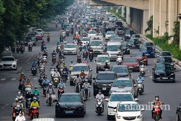 Hà Nội nhộn nhịp trong buổi sáng đầu tiên nới lỏng giãn cách, đường phố đông đúc nhưng không ùn tắc-2