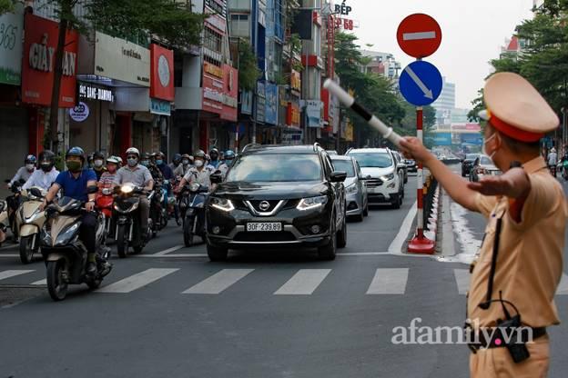 Hà Nội nhộn nhịp trong buổi sáng đầu tiên nới lỏng giãn cách, đường phố đông đúc nhưng không ùn tắc-12