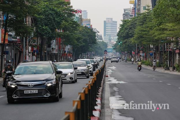 Hà Nội nhộn nhịp trong buổi sáng đầu tiên nới lỏng giãn cách, đường phố đông đúc nhưng không ùn tắc-13