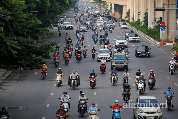 Hà Nội nhộn nhịp trong buổi sáng đầu tiên nới lỏng giãn cách, đường phố đông đúc nhưng không ùn tắc-3