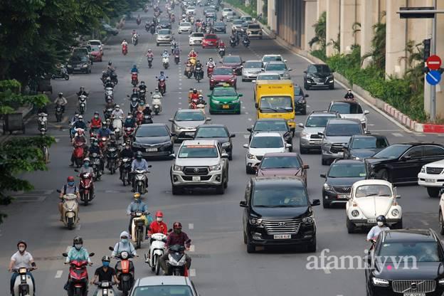Hà Nội nhộn nhịp trong buổi sáng đầu tiên nới lỏng giãn cách, đường phố đông đúc nhưng không ùn tắc-4