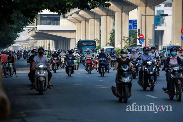 Hà Nội nhộn nhịp trong buổi sáng đầu tiên nới lỏng giãn cách, đường phố đông đúc nhưng không ùn tắc-5