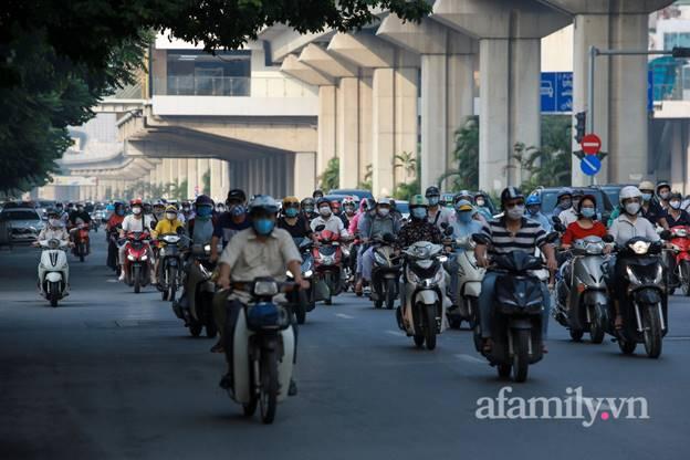 Hà Nội nhộn nhịp trong buổi sáng đầu tiên nới lỏng giãn cách, đường phố đông đúc nhưng không ùn tắc-6