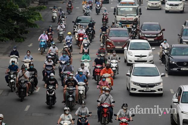 Hà Nội nhộn nhịp trong buổi sáng đầu tiên nới lỏng giãn cách, đường phố đông đúc nhưng không ùn tắc-8