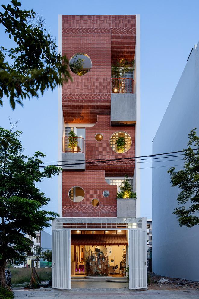 Căn nhà 4 tỷ nổi bần bật với mặt tiền đỏ, bước vào trong còn choáng ngợp hơn với thiết kế mê cung-1
