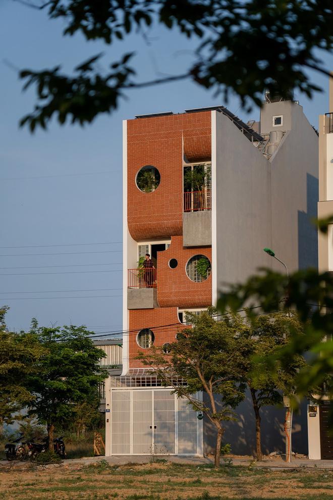 Căn nhà 4 tỷ nổi bần bật với mặt tiền đỏ, bước vào trong còn choáng ngợp hơn với thiết kế mê cung-2