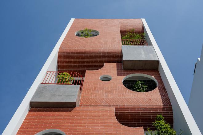Căn nhà 4 tỷ nổi bần bật với mặt tiền đỏ, bước vào trong còn choáng ngợp hơn với thiết kế mê cung-3