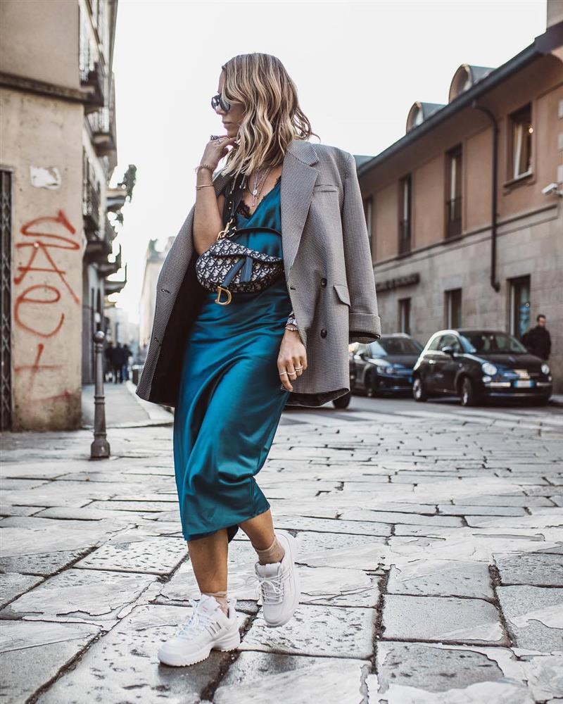 Slip dress + blazer: Cặp đôi trái dấu giúp nàng 30+ đẹp xuất sắc trong ngày trở lại sở làm-3