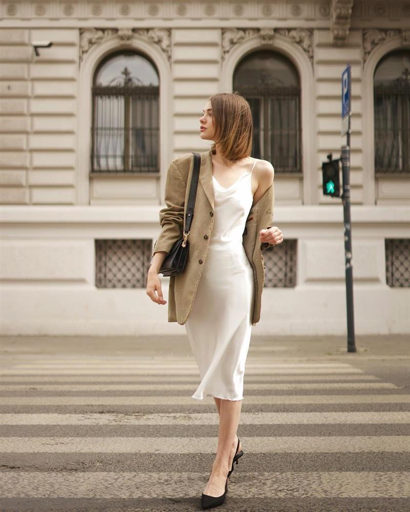 Slip dress + blazer: Cặp đôi trái dấu giúp nàng 30+ đẹp xuất sắc trong ngày trở lại sở làm-5